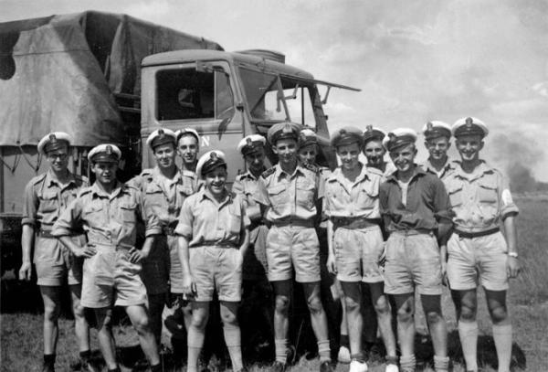 Monab VI Maryborough Q.L.D. 1945 (Nic front Row 3rd from right)